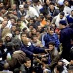 Policías intentan poner orden en el aeropuerto de Trípoli hoy, miles tratan de huir del colapsado país.