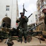 Opositores al régimen de Muamar Gadafi alistan sus armas en la ciudad de Benghazi para enfrentarse a los oficialistas.