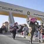 Numerosos egipcios abandonan Libia con todas sus pertenenecias.