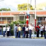 La gráfica corresponde a un grupo de personas que mostró su apoyo el día de ayer a las personas detenidas y a Eladio Muchacho, director del Diario Los Andes, en las afueras del Ministerio Público de Trujillo.