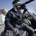 Los opositores libios tratan desesperadamente de resistir el avance de las tropas leales al coronel Muamar el Gadafi entre las localidades de Brega y Ajdabiya.
