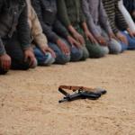 Rebeldes libios rezan antes de acudir a un enfrentamiento contra las fuerzas del líder de ese país, Moammar Gadhafi.