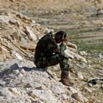 Un rebelde intenta descansar un momento en las afueras de Brega. | Reuters