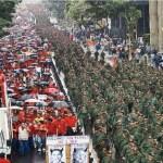 La conmemoración oficialista del retorno de Chávez el 13 de abril de 2002 contó con trabajadores del Estado, pero presentó como novedad la presencia de 300 batallones de milicianos que desfilaron por separado, siempre a la derecha,  hasta las puertas del palacio donde esperaba el Presidente