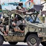 Una patrulla de soldados del Ejército surafricano que forma parte del contingente de seguridad del presidente Jacob Zuma transitaba por una calle de Trípoli.