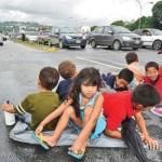 Un total de 80 familias que perdieron sus casas por los derrumbes causados por las lluvias protestan enardecidas en la autopista  Fajardo causaron una tranca descomunal.