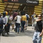En los accesos a las estaciones se instalan grupos vandálicos que atacan a las víctimas rodeándolas entre cuatro hampones.