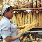 Los comerciantes optan por pagar sobreprecio en la harina para mantener el pan canilla en las panaderías.