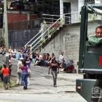 En la noche, los familiares de los presos desmitieron un rumor de fuga y denunciaron que la GN les estaba disparando.