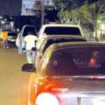 """Hasta anoche las colas se mantenían en las principales estaciones gasolineras. La gráfica muestra la congestión de vehículos esperando despacho en """"Lagopista"""", Circunvalación 1 de Maracaibo."""