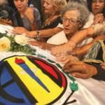 """Algunos lloraron en la procesión hacia el féretro. Otros cantaron el himno de AD, que no dejó de sonar junto con el jingle """"Democracia con energía"""", que caracterizó la campaña presidencial de CAP en 1973."""
