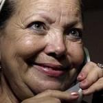 La líder de las disidentes Damas de Blanco cubanas, Laura Pollán, de 63 años, ha fallecido este viernes por la tarde en La Habana después de sufrir un paro cardíaco.