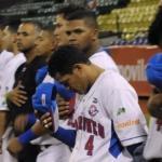 Unos jugadores de la Liga profesional de béisbol de Venezuela rezan por Wilson Ramos, secuestrado (AFP)