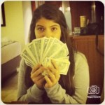 Rosinés Chávez presume fajo de dólares y genera polémica en redes sociales.