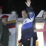 Hugo Chávez a su regreso a Cuba para seguir con su tratamiento saluda en señal de despedida.