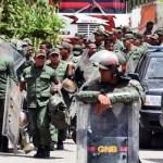 Funcionarios de la GNB tomaron los alrededores del penal para evitar que los familiares de los reos llegaran a la entrada de la cárcel.