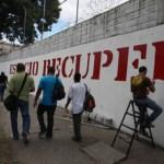 """Transeúntes caminaron este jueves frente a la cárcel. Mientras las paredes del ex penal se someten a la """"propaganda"""" oficialista."""