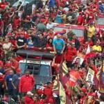 """Si se compara este desesperanzador informe con la apoteósica movilización de Capriles el domingo, primero a pie por barrios de Petare y luego en caravana por diversos lugares de la ciudad, nos encontramos con un claro """"desbalance""""."""