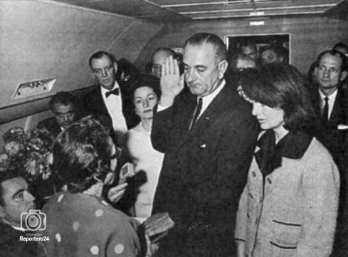 Esta escena desgarradora a bordo del Air Force One de Lyndon B. Johnson de ser juramentado como Presidente de los Estados Unidos tras el asesinato de John F. Kennedy.