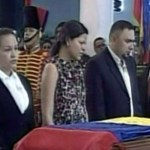 Las tres hijas de Chávez, Rosa Virgina, María Gabriela y Rosinés, estuvieron al lado del féretro.