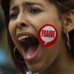 Una partidaria del líder opositor Henrique Capriles protesta el martes en Caracas. El chavismo está perdiendo aceptación en la población.