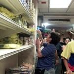 """""""Es el pan de cada día. Está horrible conseguir cualquier producto"""", se lamenta en diálogo con Efe un jubilado de 72 años que acompañado de su esposa busca el productos básicos en un supermercado del este de Caracas."""