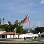 De Maduro se dice  también que su relación con Cilia, diez años mayor que él, es de «conveniencia».