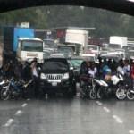 Cada vez que llueve, los motorizados esperan pacientemente a que escampe bajo diferentes puentes en la Gran Caracas, sin importarles el trafico y las molestias a otros conductores, un clásico anárquico.
