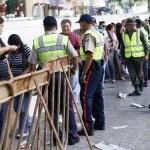 Larga colas en comercios de Caracas donde el Gobierno ha obligado a bajar los precios a la mitad 40-50%).