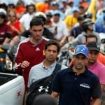 El líder de la oposición venezolana Henrique Capriles es seguido por guardespaldas y partidarios durante un evento electoral en Caracas, Venezuela.