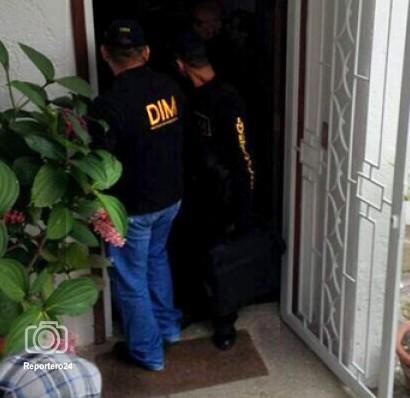 El periodista José Domingo Blanco compartió por internet una fotografía en la que se observa a dos funcionarios de la DIM en la puerta de la residencia de Machillanda en el municipio Baruta, en Caracas.