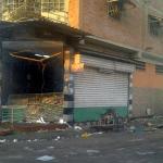 La acción vandálica se inició luego de que unos sujetos robaran un camión recolector de basura perteneciente a la empresa Iaromm, adscrita a la Alcaldía del municipio Girardot, y estrellaran la unidad contra la santamaría del establecimiento comercial con la finalidad de derribarla.
