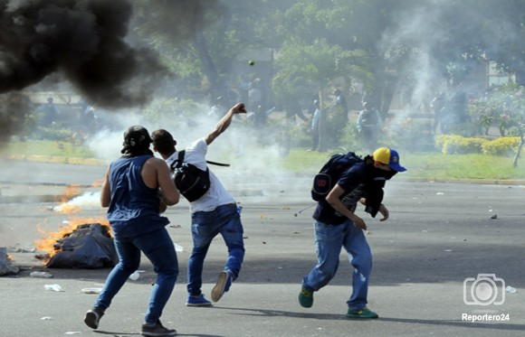 Maracay amaneció con escombros luego de protestas. Las manifestaciones se extendieron hasta aproximadamente la 1:30 de la madrugada de este viernes.