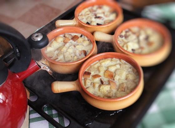 preparare budinca de paine cu unt si caramel