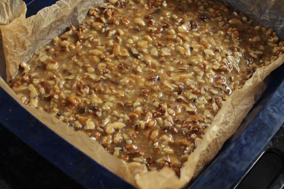 preparare prajitura rapida cu nuca si caramel 1
