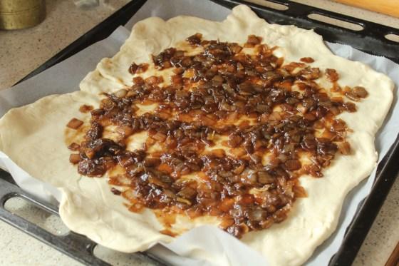 preparare tarta cu anghinare si dulceata de ceapa 1