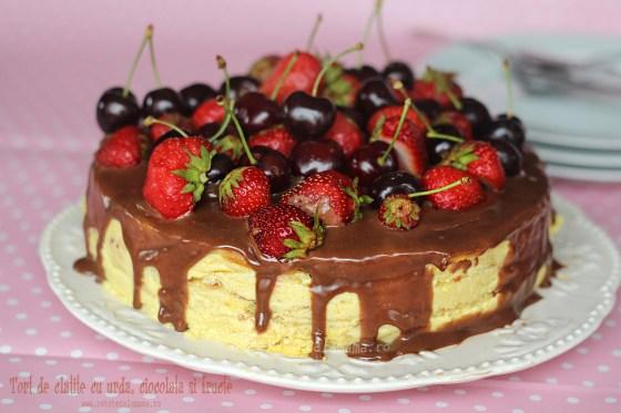 Tort de clătite cu urdă, ciocolată și fructe