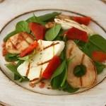Salata de primavara cu spanac tanar, halloumi si pere