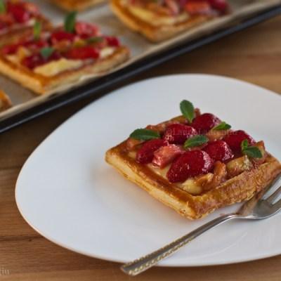 Tarte cu cremă de vanilie, căpșuni și rubarbă