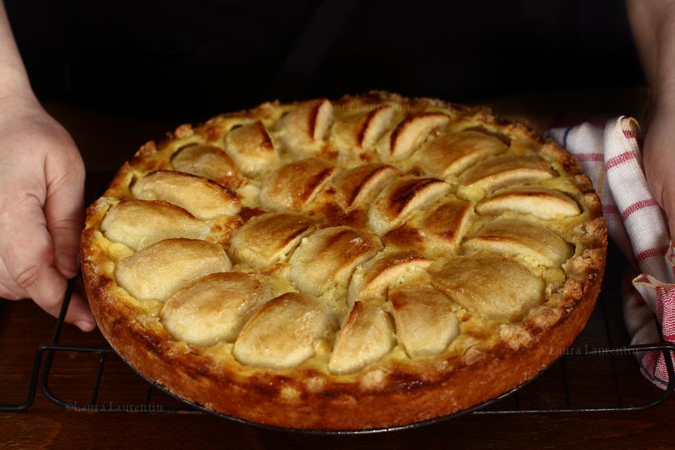 tarta cu mere normanda proaspat scoasa din cuptor - retetecalamamaro