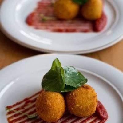 Arancini cu gorgonzola și sos de ardei copt