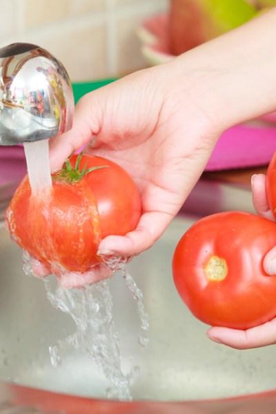 femeie-spaland-tomate
