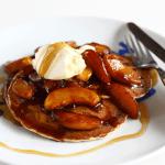 Pancakes cu ovăz și mere caramelizate – rețetă video
