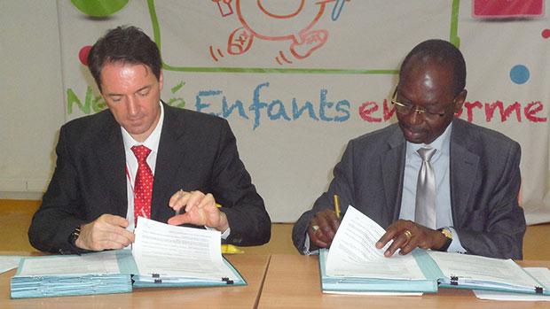 Le Dg de Nestlé Sénégal Jean Christophe Coubat et le directeur de Cabinet du ministre de l'Education signant l'accord