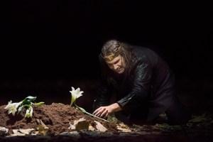 Kinderlosigkeit löst den blutigen Machttrieb aus: Tommi Hakala am Grab. Ein gestorbenes oder nie geborenes Kind? Foto: Matthias Jung