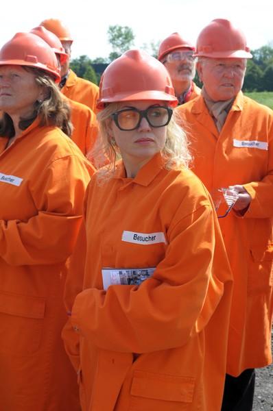 """Bereit für den Besuch im Badischen Stahlwerk Kehl (BSW). Und ja, ich weiß! Ich sehen aus wie ein Minion aus dem en Film """"Ich, einfach unverbesserlich! Das liegt aber nur an der schicken Brille und dem kleidsamen Überzieher"""