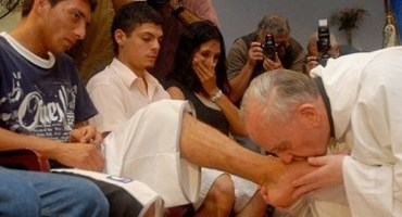 PopeFrancis-washing-feet-young-people-