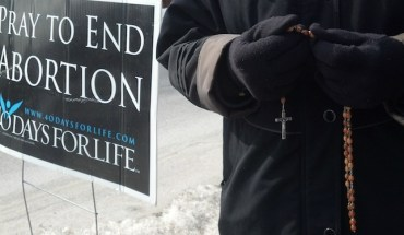 40-Days-For-Life-Prayer-Vigil-Rosary-Beads-Black-Coat-02-22-2013