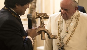 Pope Francis receives a gift from Bolivian President Evo Morales (L) in La Paz, Bolivia, July 8, 2015. REUTERS/Osservatore Romano ATTENTION EDITORS - THIS PICTURE WAS PROVIDED BY A THIRD PARTY. REUTERS IS UNABLE TO INDEPENDENTLY VERIFY THE AUTHENTICITY, CONTENT, LOCATION OR DATE OF THIS IMAGE. FOR EDITORIAL USE ONLY. NOT FOR SALE FOR MARKETING OR ADVERTISING CAMPAIGNS. NO SALES. NO ARCHIVES. THIS PICTURE IS DISTRIBUTED EXACTLY AS RECEIVED BY REUTERS, AS A SERVICE TO CLIENTS. NO COMMERCIAL USE.