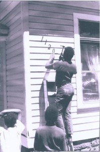 Neighborliness characterized life in River Street. Men help with housework in 1970.